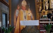 Relikwie krwi Jana Pawła II w kościele